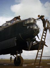 Ground crew clean Avro Lancaster R5666 `KM-F' of 44 Squadron, Waddington, October 1942 (c. Imperial War Museum)