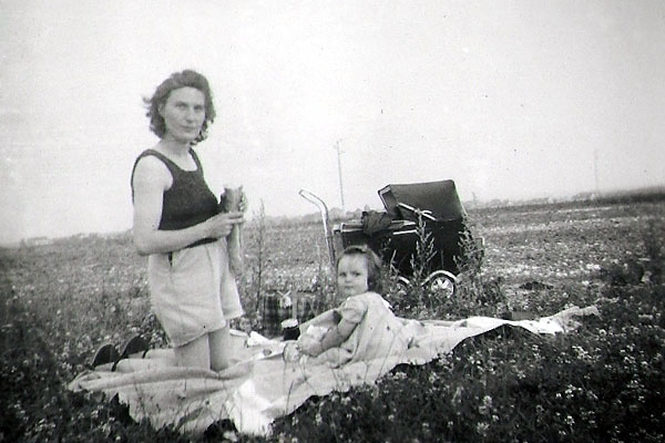 Ginette Pelletier and her daughter in 1951
